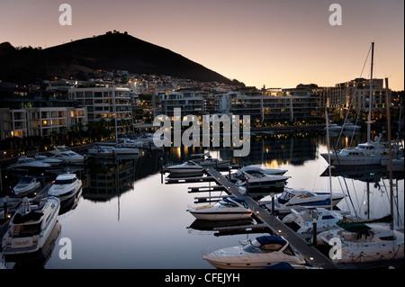 Frühen Abend Tafelberg vom Cape Grace Hotel an der Victoria und Alfred waterfront - Stockfoto
