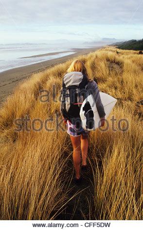 Surferin Wanderungen zu abgelegenen Strand in der Nähe von Tofino, Vancouver Island, British Columbia, Kanada. - Stockfoto