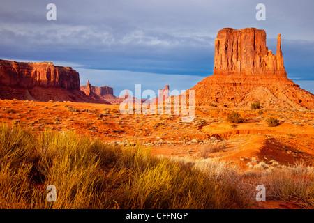 Sonnenuntergang über Westen Fäustling, Monument Valley, Arizona USA - Stockfoto