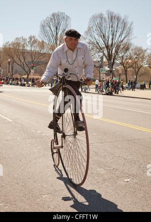 Mann Reiten Kunststücke auf einem High-Rad Fahrrad - Stockfoto