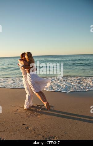 Man schwingt und seine Freundin küssen - Stockfoto