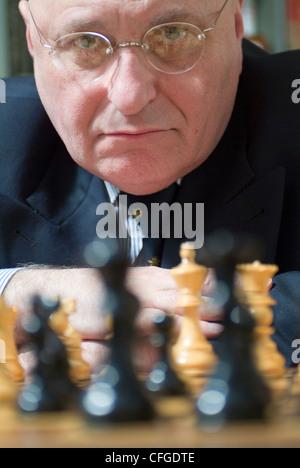 Nahaufnahme von Mann spielt Schach - Stockfoto