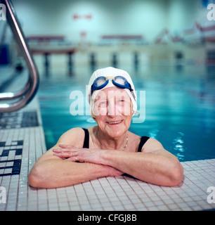 Ältere Frau im Hallenbad - Stockfoto