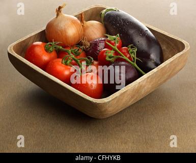 Holzschale mit frischem Gemüse - Stockfoto