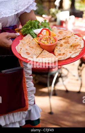 Mexikanischen Käse Quesadilla mit frischer Mango-salsa - Stockfoto