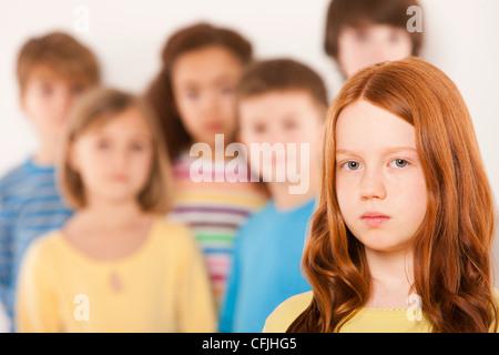 Mädchen getrennt von anderen Kindern - Stockfoto