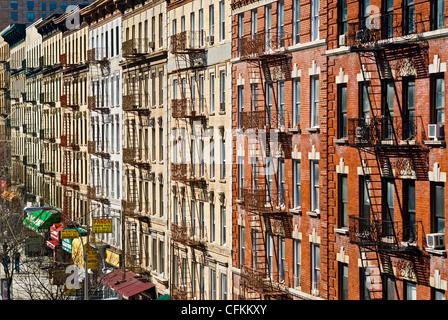 Feuerleitern auf Wohnhäuser Wohnung im Viertel von Harlem, New York City. - Stockfoto