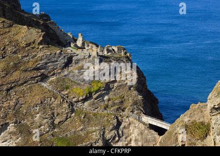 Brücke und Schritte für die Ruinen der legendären Camelot Schloss von König Arthur, der an der felsigen Küste von - Stockfoto