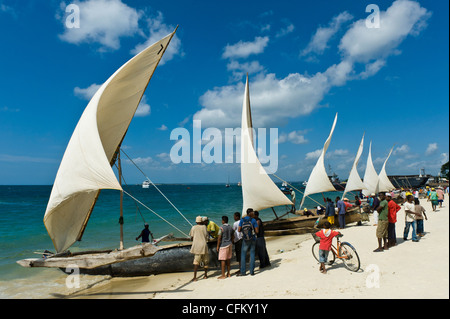 """Fischer bereiten ihre """"Ngalawa"""" der traditionellen Doppel-Auslegerboote für eine Regatta in Stone Town Sansibar - Stockfoto"""