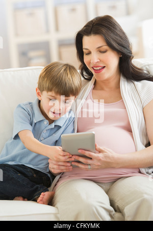 USA, New Jersey, Jersey City, Mutter und Sohn (4-5) mit tablet-pc - Stockfoto