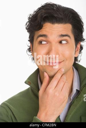 Studioaufnahme des jungen Mann überrascht und glücklich - Stockfoto