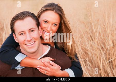 USA, New York, Long Island City, Portrait glücklich jungen Paar am Weizenfeld - Stockfoto