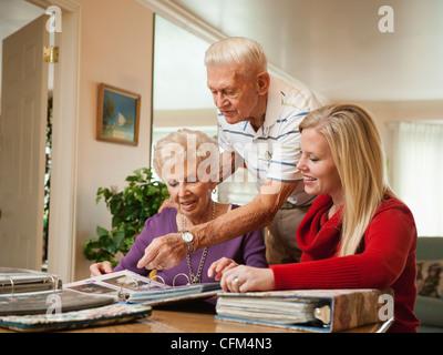 USA, Utah, Salt Lake City, Senior paar und Mitte Erwachsene Frau beobachtete Familie Sammelalben - Stockfoto