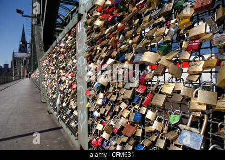 Schlösser auf der Hohenzollernbrücke, Köln, Nordrhein Westfalen, Deutschland, Europa - Stockfoto