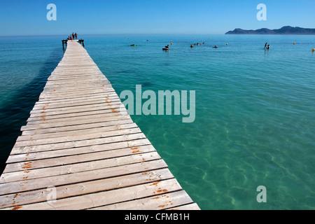 Pier am Platja d'Alcudia, Mallorca, Balearen, Spanien, Mittelmeer, Europa - Stockfoto