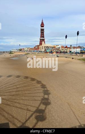 Blackpool Tower und Strand an der Küste Lancashire UK - Stockfoto