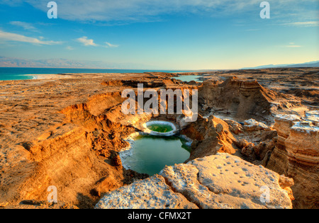 Löcher in der Nähe des Toten Meeres in Ein Gedi, Israel zu versenken. - Stockfoto