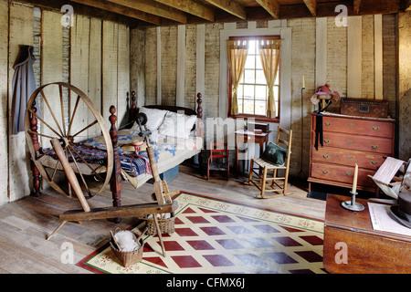 Authentisches Schlafzimmer im Kolonialstil nach Hause. - Stockfoto
