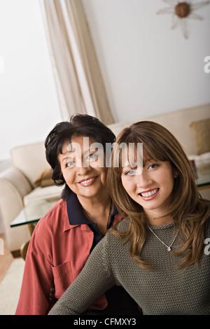 Porträt der Großmutter und Enkelin, Los Angeles, California, USA - Stockfoto