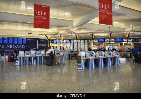 Self Check-In am Atlanta International Airport. - Stockfoto