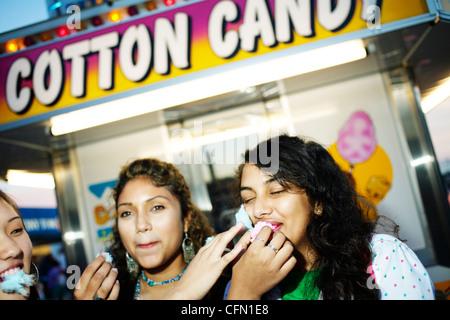 Freundinnen genießen Zuckerwatte - Stockfoto
