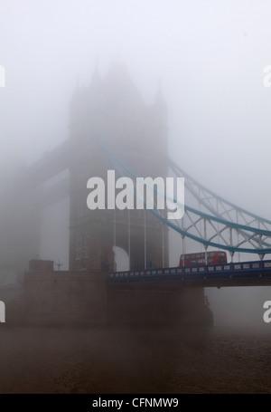 Doppeldecker bus Kreuzung Tower Bridge in London-smog - Stockfoto