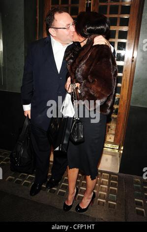 Promi Agent Jonathan Shalit Küsst Seine Frau Katrina Sedley Außerhalb Der  Efeu An Valentinstag