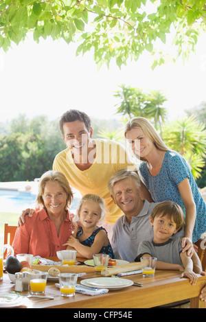 Mehr-Generationen-Familie am Frühstückstisch im freien - Stockfoto