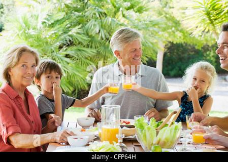 Mehr-Generationen-Familie Mahlzeit im Freien genießen - Stockfoto