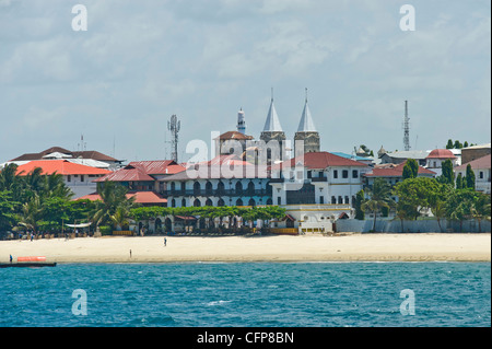 Tembo Hotel und Towers of Anglican Cathedral in Stone Town Sansibar Tansania - Stockfoto
