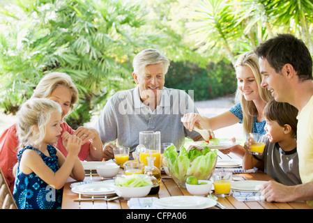 Mehr-Generationen-Familie frühstücken gemeinsam im freien - Stockfoto