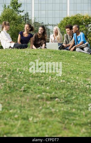 Junge Freunde verbringen Zeit im Freien auf dem Rasen, niedrigen Winkel Ansicht - Stockfoto