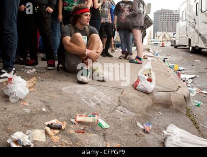 Berge von Müll auf der Straße von den Teilnehmern des SXSW Music Festival in Austin, Texas, die in Tausenden von - Stockfoto