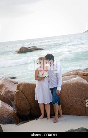 Trauungen an den Traumstränden auf den Seychellen sind romantisch und gemeinsamen. Diese deutsche Paar genießt ihre - Stockfoto