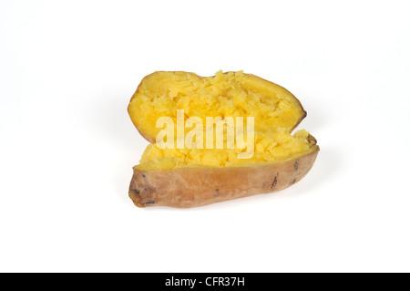 Gekocht gebackenes Jacke Yukon Gold Kartoffel Halbieren mit zerlassener Butter in Alufolie gewickelt auf weißem - Stockfoto
