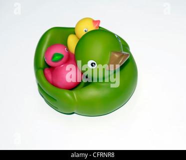 Ein Schnitt, Babyspielzeug Bad zeigt eine Entenmutter und Entenküken - Stockfoto