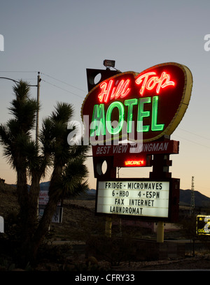RT 66, Hill Top Motel, Kingman, AZ, beleuchtet Leuchtreklame - Stockfoto