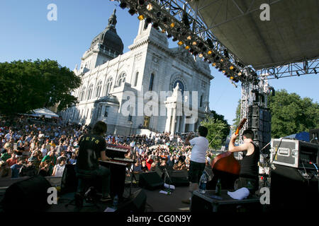 6. Juli 2007 - Minneapolis, MN, USA - Mitglieder von The Cat Empire spielen Basilika Block Party am Dom St. Marien - Stockfoto