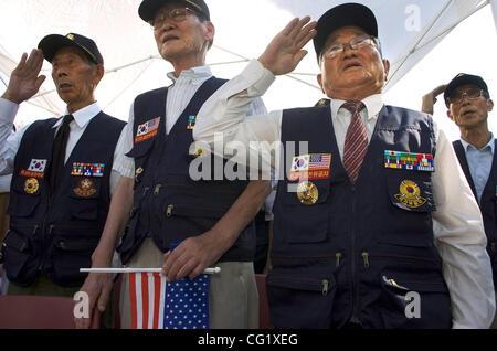 PL - Sekundär - L-r: Koreanisch Kriegsveteranen aus Korea (jetzt wohnhaft in den USA) Yang Hyo Suo, Chang Oh, Kyung - Stockfoto
