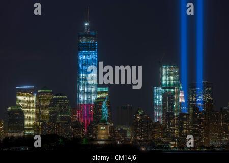 Die zwei Lichtstrahlen der Tribute in Light, eine jährliche Erinnerung an die Ereignisse des 11. September 2001, - Stockfoto