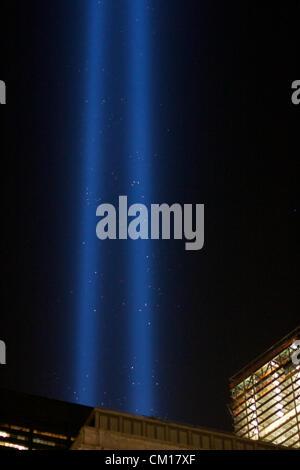"""New York, NY - 11. September 2012: Die Doppelsäulen des Lichts von der Installation """"Tribute in Light"""" Aufstieg - Stockfoto"""