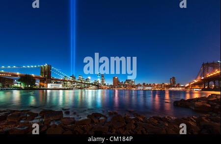 """New York, NY - 11. September 2012: Zwei Säulen des Lichts, eine jährliche Installation namens """"Tribute in Light"""", - Stockfoto"""