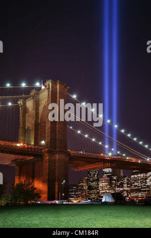 "New York, NY - 11. September 2012: Zwei Säulen des Lichts, eine jährliche Installation namens ""Tribute in Light"", - Stockfoto"