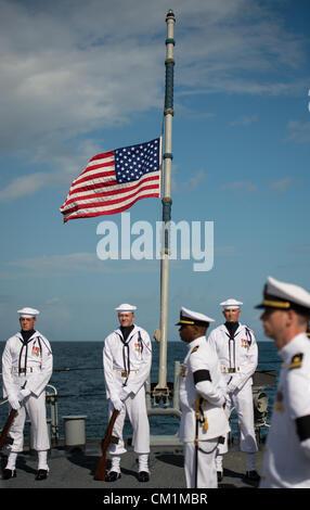 Die amerikanische Flagge auf der USS Philippine Sea ist auf Halbmast während der Beerdigung am Meer Service für - Stockfoto