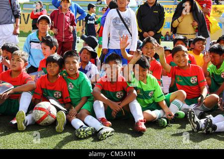LA PAZ, Bolivien, 24. September 2012. Schülerinnen und Schüler warten, Real Madrid-Direktor für internationale Beziehungen - Stockfoto