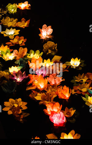 Lotusblumen aus Papier mit Kerzen schweben auf einem Fluss in der Nacht, markieren Sie das chinesische Mondfest