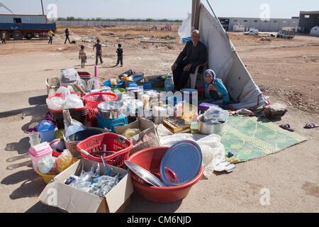 Azaz, Syrien. 17. Oktober 2012. Eine Mann und Frau Arbeit zu verkaufen waren im syrischen Flüchtlingslager nahe - Stockfoto
