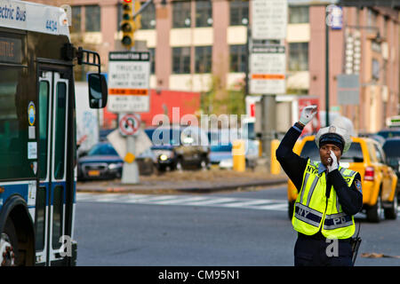 1. November 2012, Brooklyn, NY, USA.  New York Polizei Traffic Enforcement Officer leitet den Datenverkehr am Fuße - Stockfoto