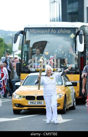 West Bromwich, Sandwell, UK - 30. Juni 2012: Jessica Gripton, im Alter von 81, eines der ältesten Fackelträger. - Stockfoto