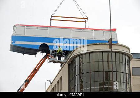 Ein Coach ist Juli 2012 mit einem Kran auf das Dach der De La Warr Pavilion Bexhill heute im Rahmen des Künstlers - Stockfoto